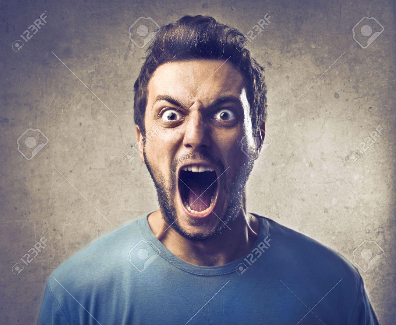 Boy screaming - 15127541