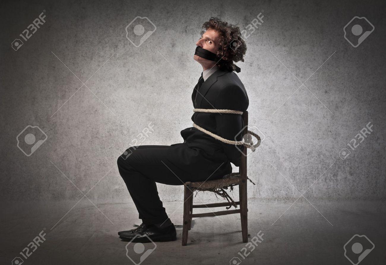 Привязали к стулу с пакетом на голове 11 фотография