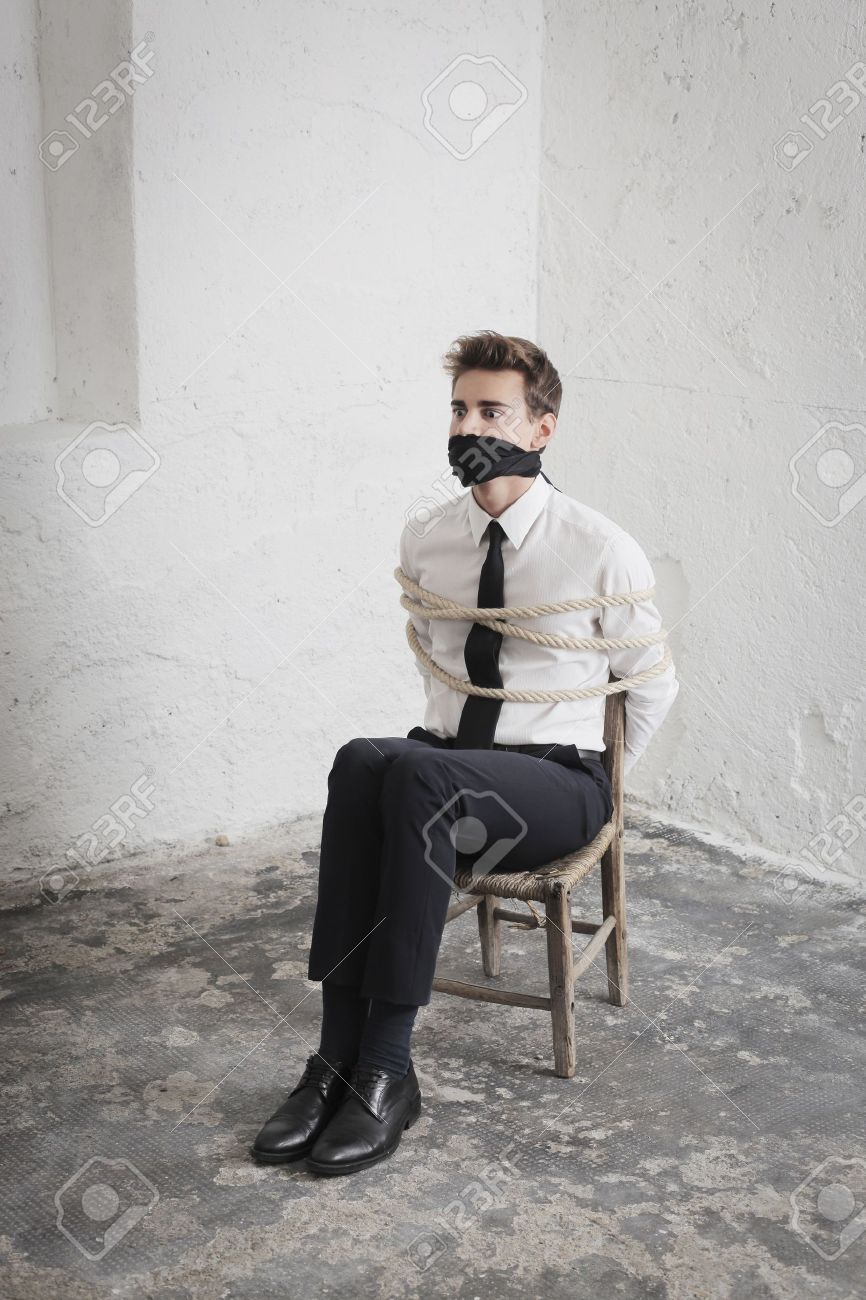 Jeune Homme D'affaires Attaché à Une Chaise Et Bâillonné Dans Un ...