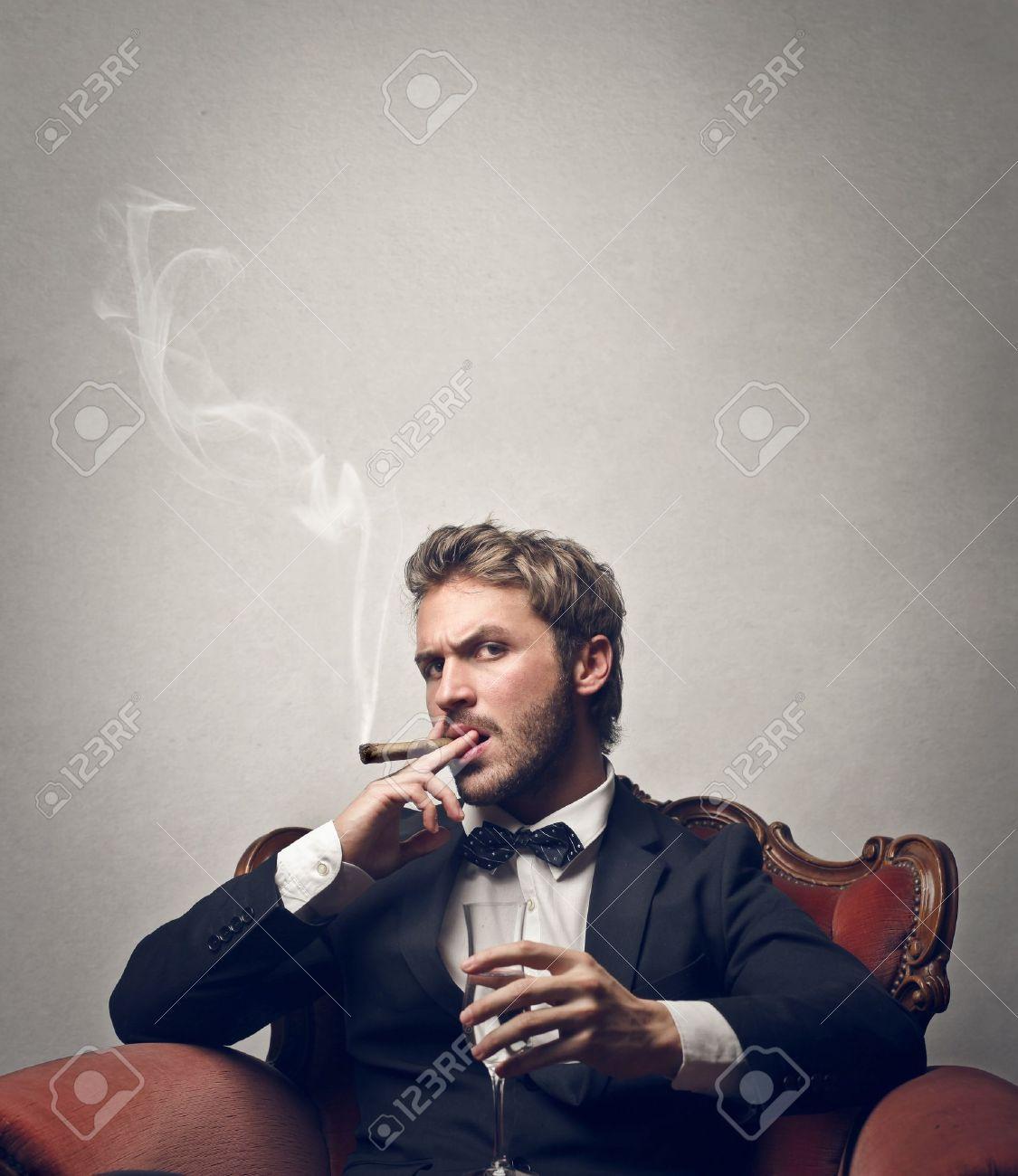 """Expresa tu momento """" in situ """" con una imagen - Página 39 18539383-jefe-fuma-cigarro-con-una-copa-de-champ%C3%A1n"""