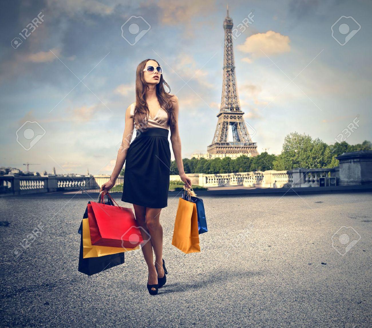 beautiful woman goes shopping in Paris - 18692072