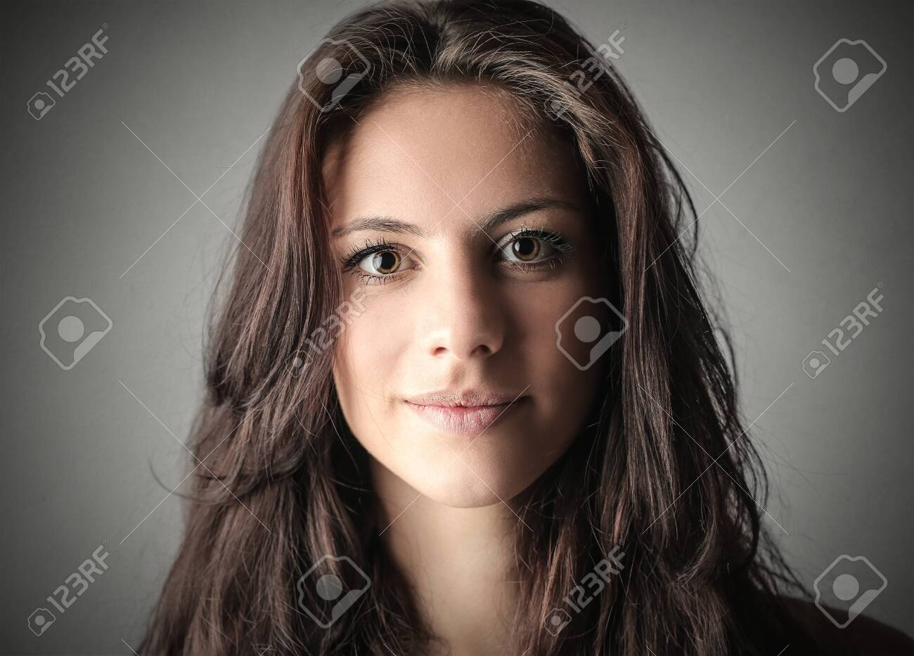 Brunette woman's portrait - 124091643