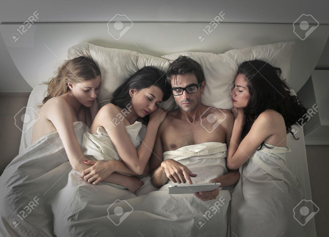 Три девушки поймали парня и, В парке три девушки раздели парня и дрочат ему член 21 фотография