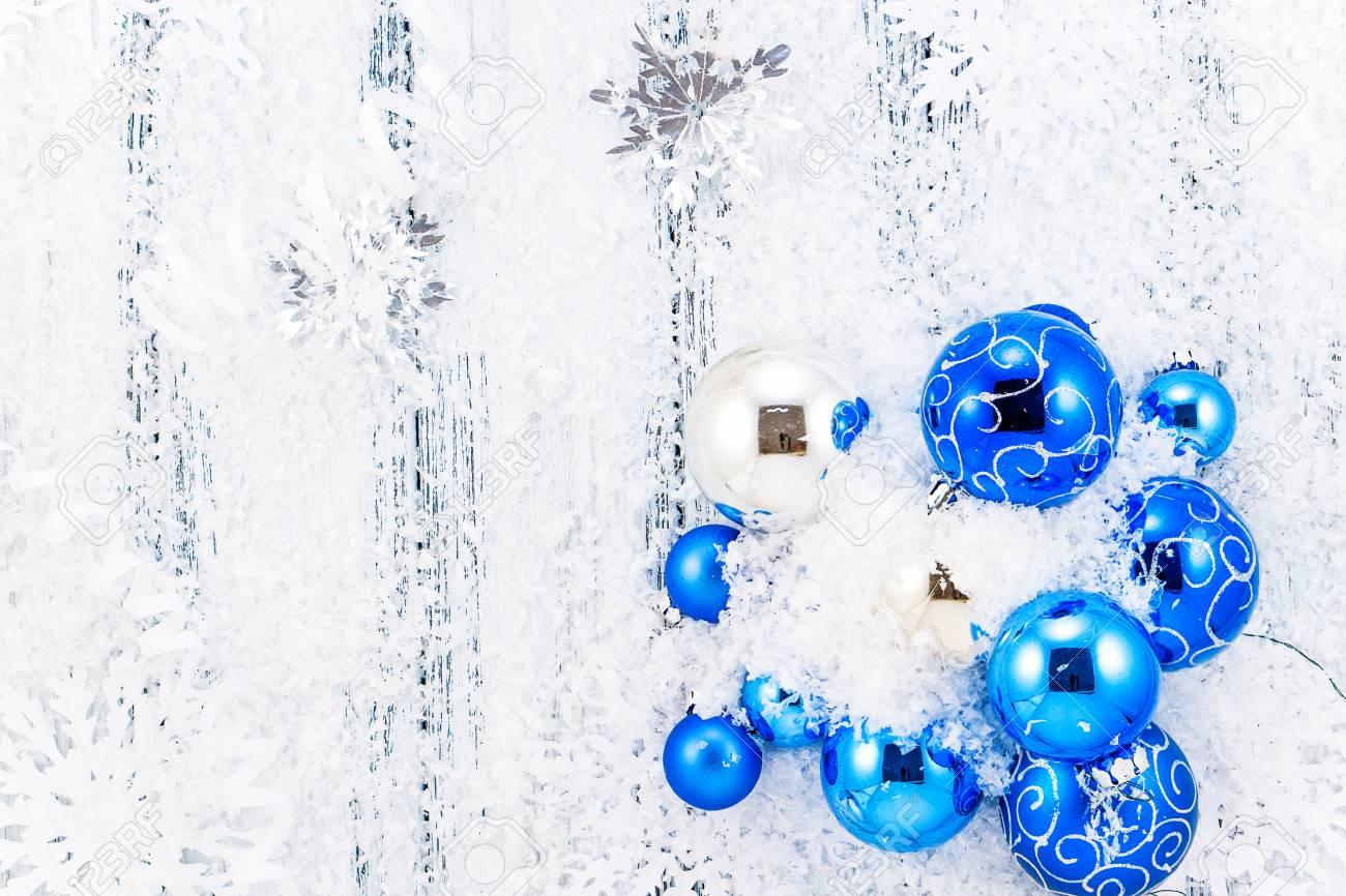 Albero Di Natale Argento E Blu.Immagini Stock Anno Nuovo Tema Blu E Argento Albero Di Natale Palle Neve Fiocchi Di Neve Serpentina Su Bianco Retro Sfondo Di Legno Stilizzato In Bianco E Nero Image 49170327