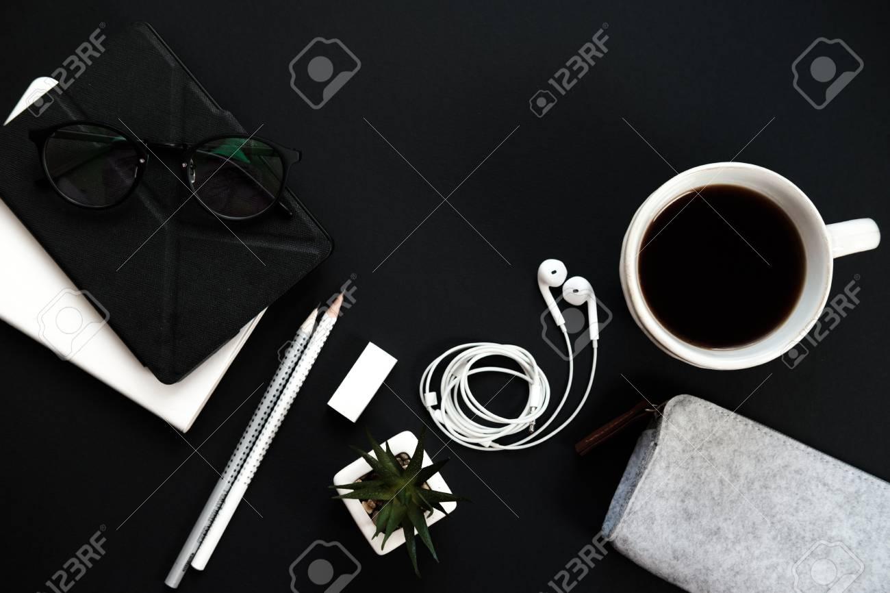Ufficio Del Lavoro In Nero : Tavolo da ufficio mininmal. area di lavoro con diario pianta