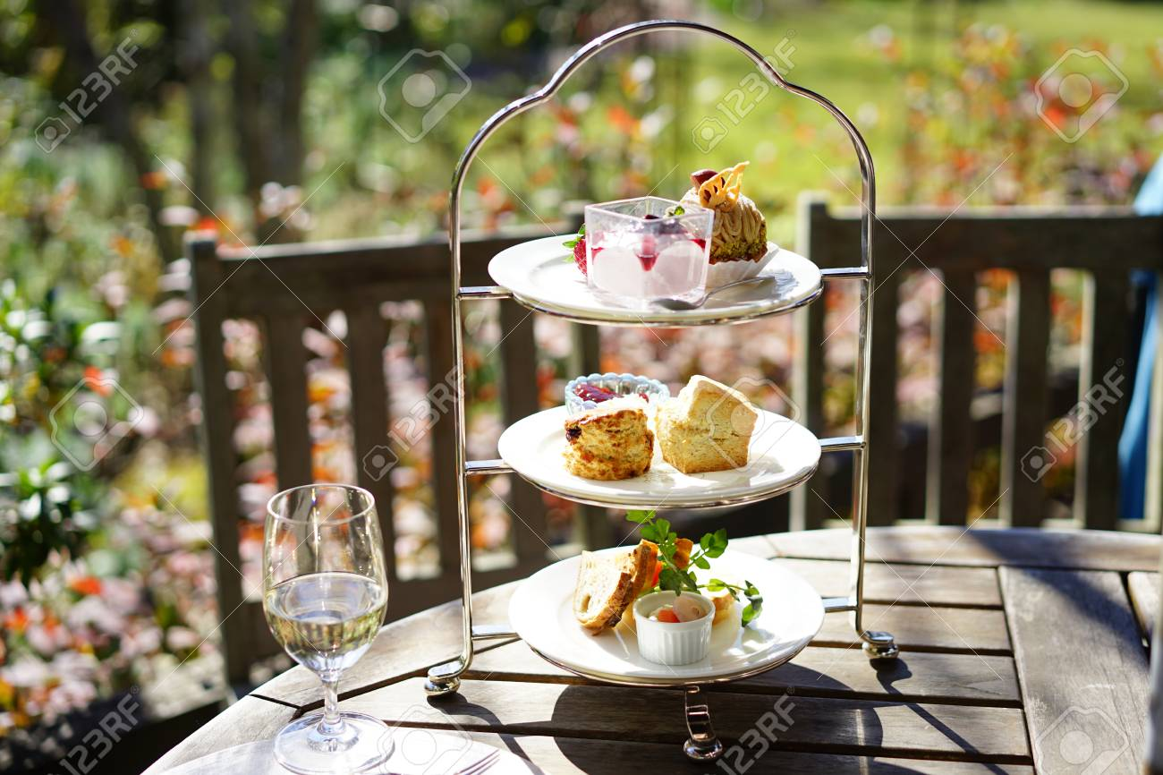 https://previews.123rf.com/images/boysintown/boysintown1711/boysintown171100190/90651509-afternoon-tea-on-the-terrace.jpg