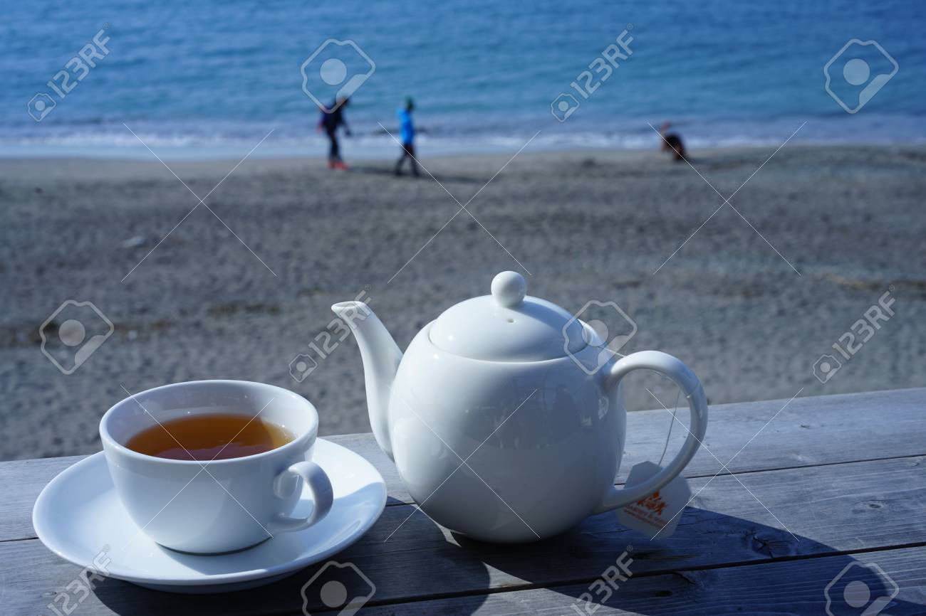 https://previews.123rf.com/images/boysintown/boysintown1802/boysintown180200026/96171104-while-watching-the-sea-tea.jpg