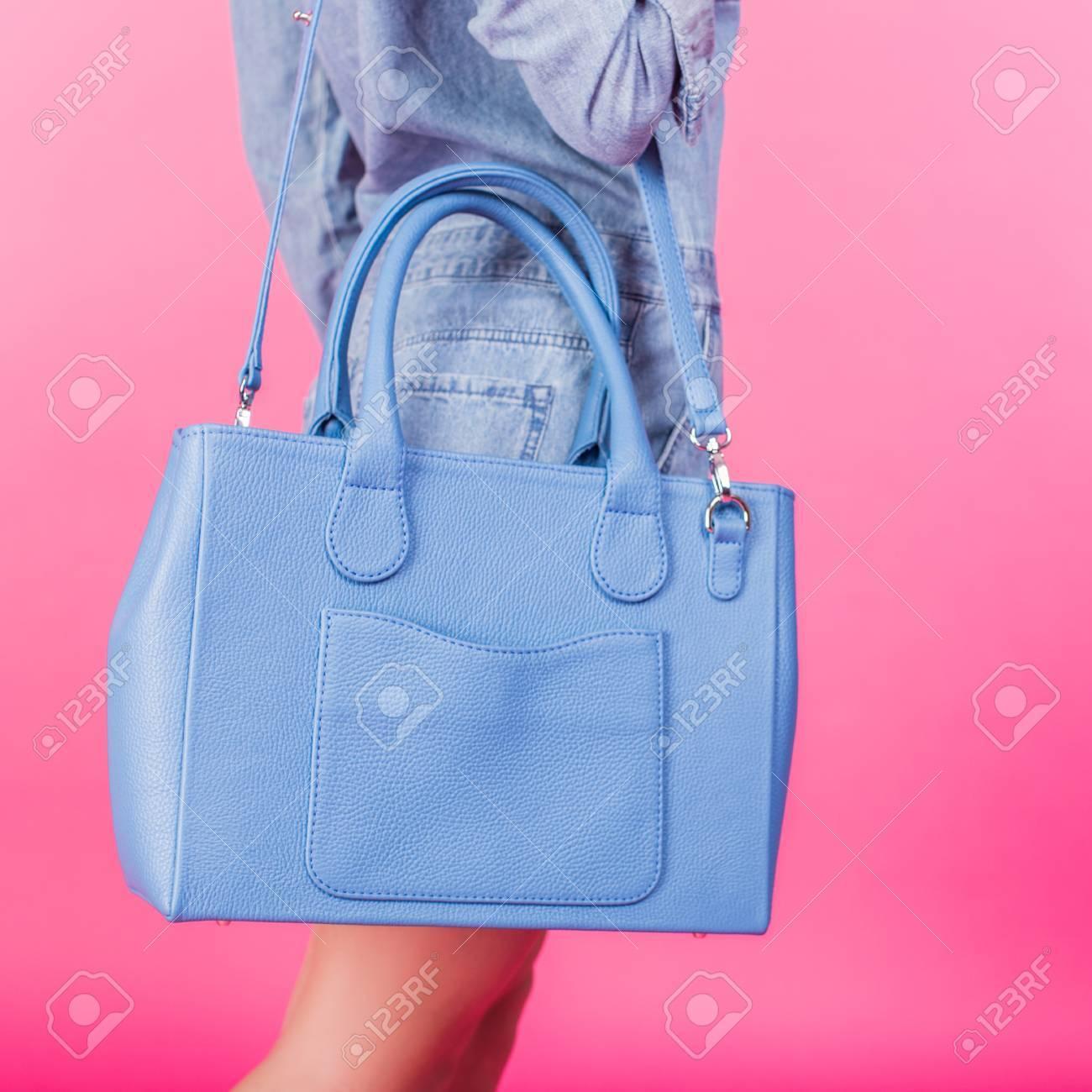 Fond En Devant Adolescent Bleu Un Main Rose De Sangle Jeans À Jeune Sur Tenant Costume Sac Une Cuir b7yf6vYg