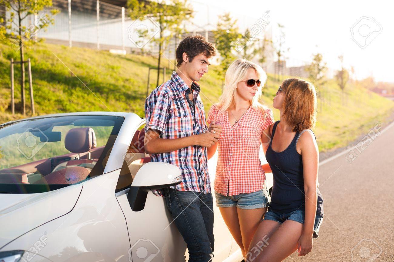 Drei junge Erwachsene stehen neben einem Cabrio Stock Photo - 17718320
