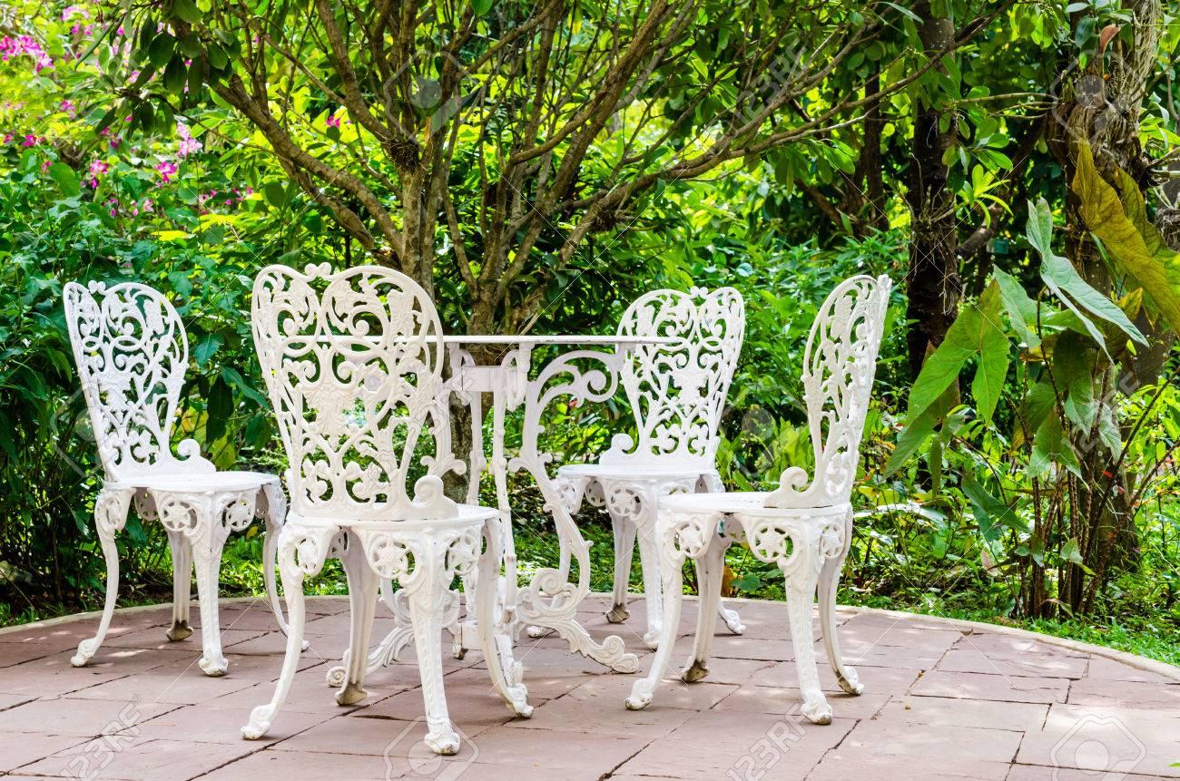 Weisses Eisen Stuhl Im Garten Lizenzfreie Fotos Bilder Und Stock