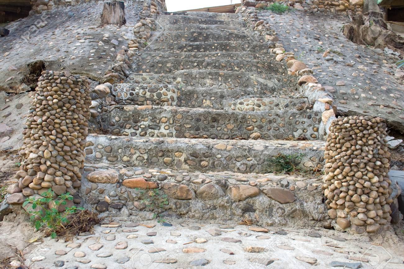 Stenen trap versierd met het uithoudingsvermogen om het werk af