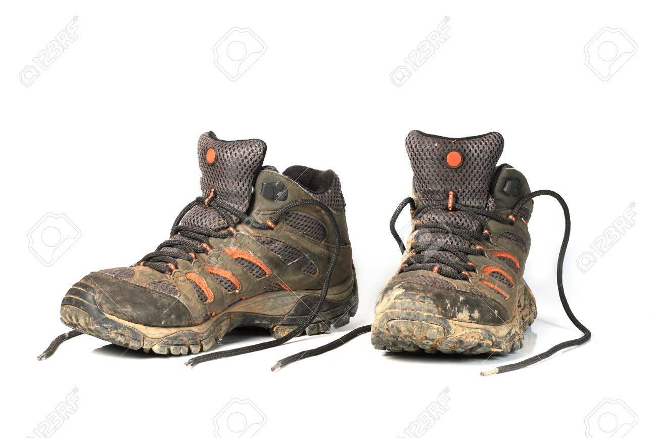 Sales chaussures de randonnée sur fond blanc