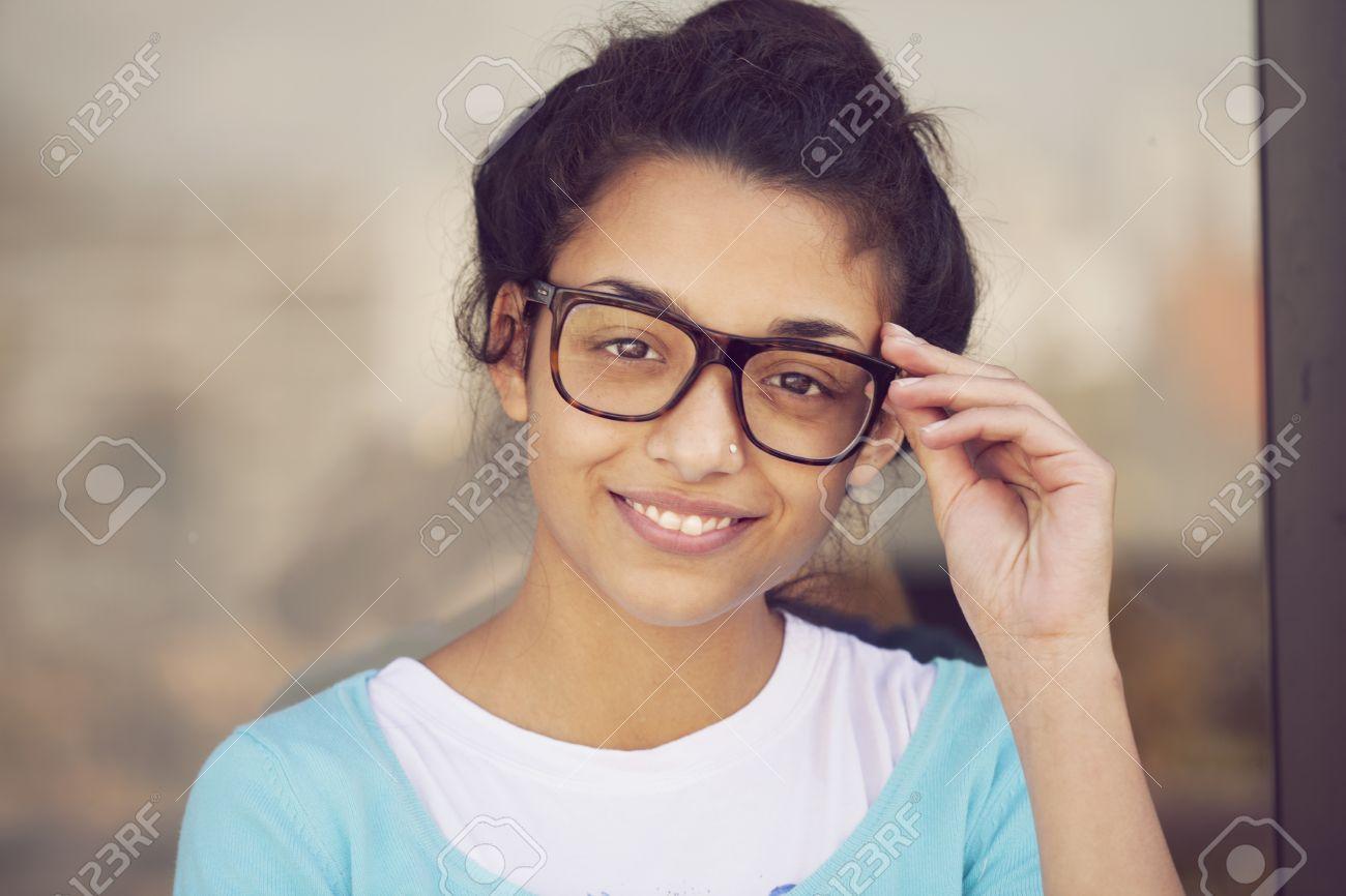 3c97ec4e0dd550 Gelukkige Indische Vrouw Draagt   een Bril Royalty-Vrije Foto ...