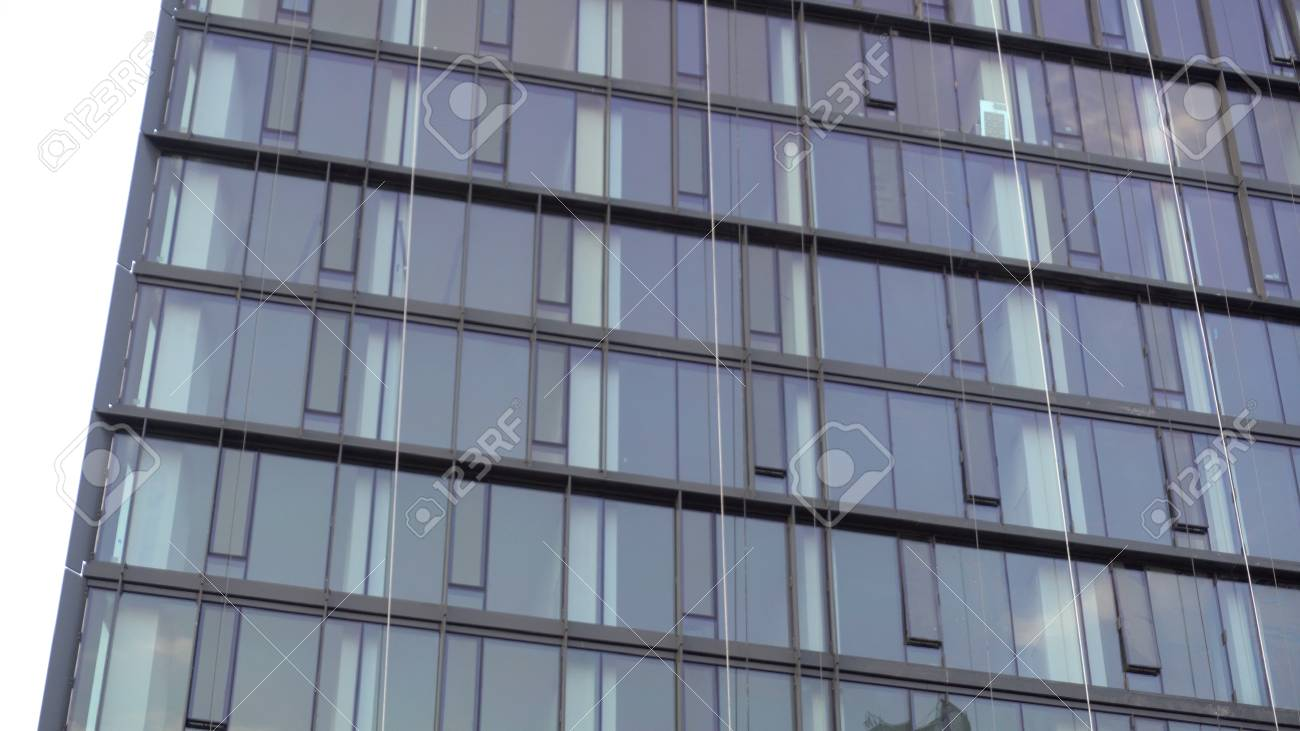 Vue densemble de lextérieur dun immeuble de bureaux en verre de