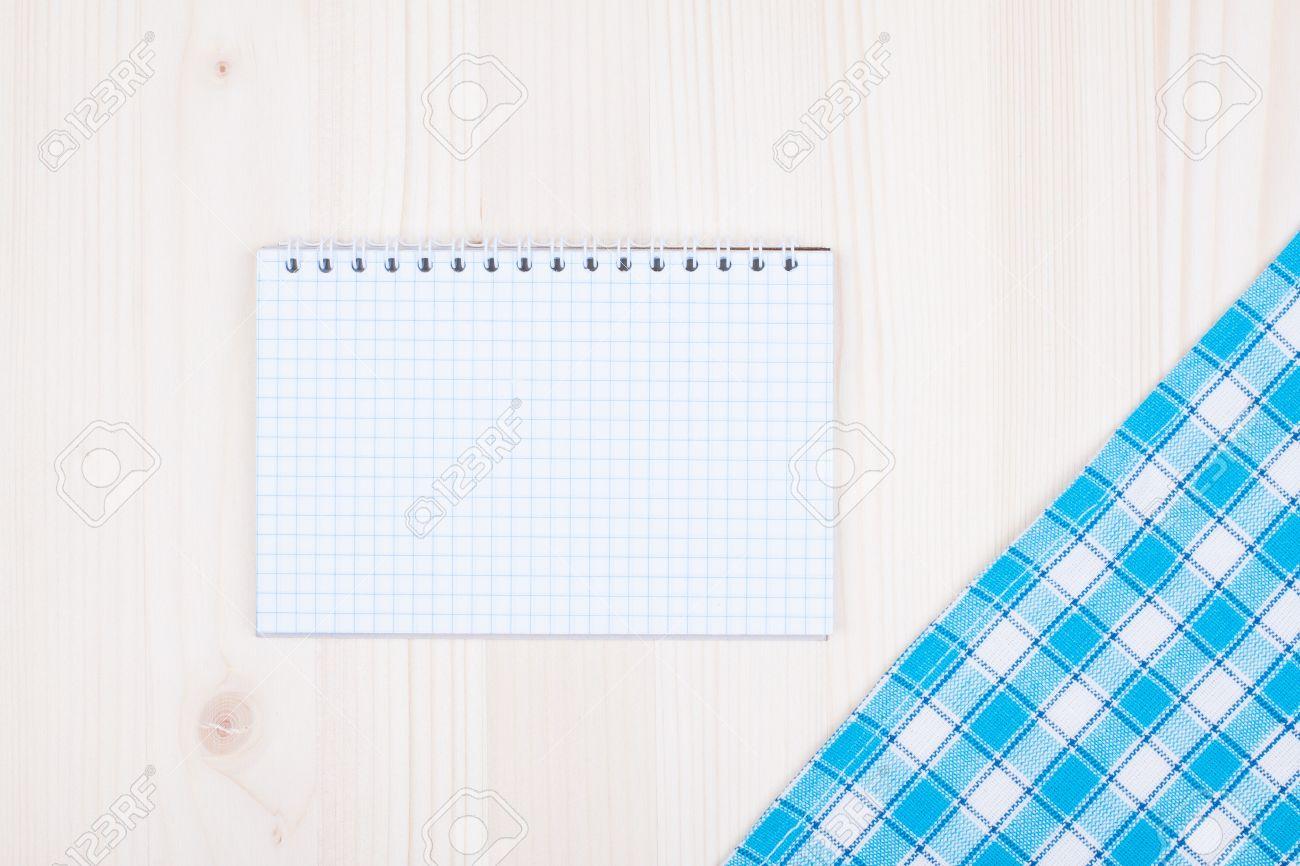 Notebook Papier, Küche Tischdecke Auf Weißem Holz Hintergrund ...