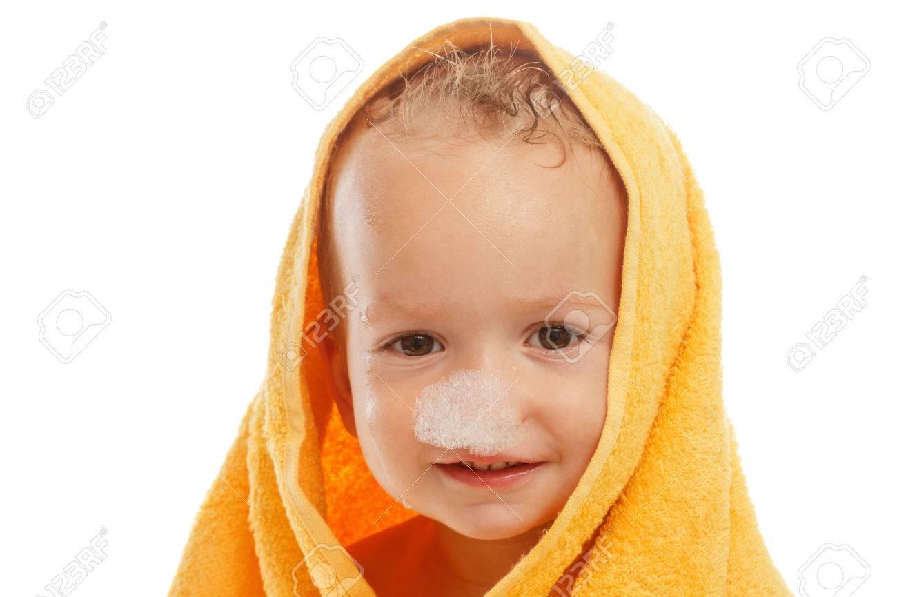 happy baby dragen gele handdoek zitten na bad of douche gesoleerd op wit schone