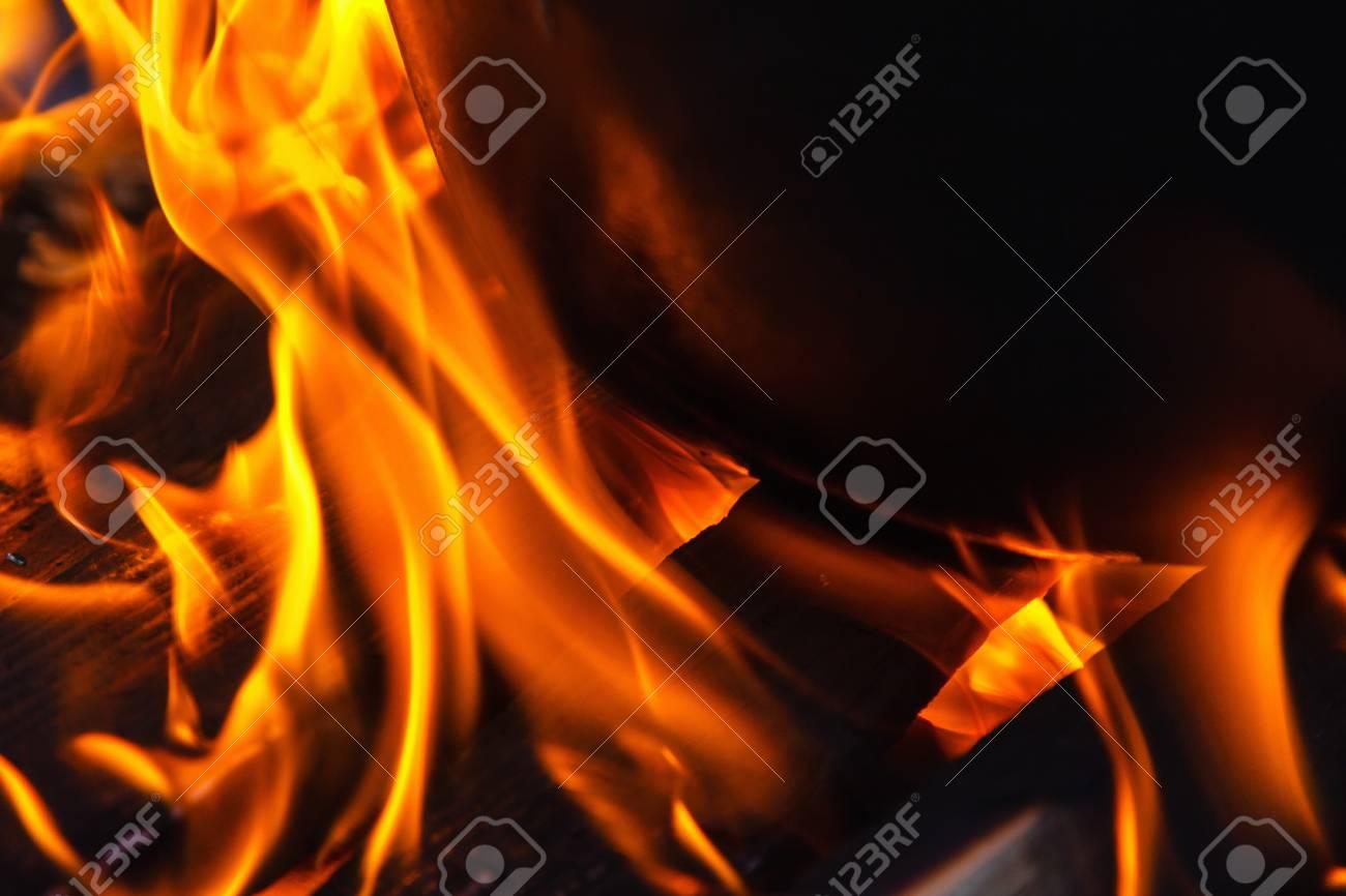 Der Kessel Mit Dampf Auf Einem Lagerfeuer. Glühende Heiße ...
