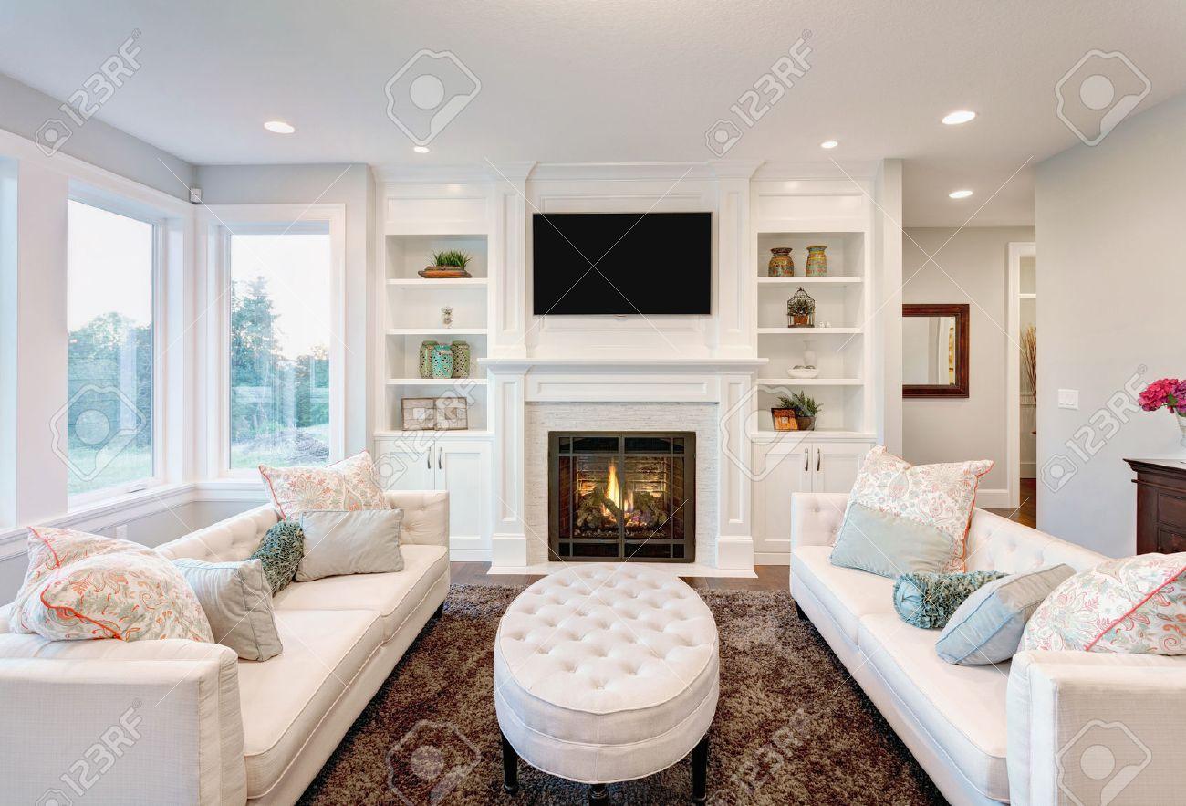 mooie woonkamer met open haard in new luxury home royalty-vrije, Deco ideeën