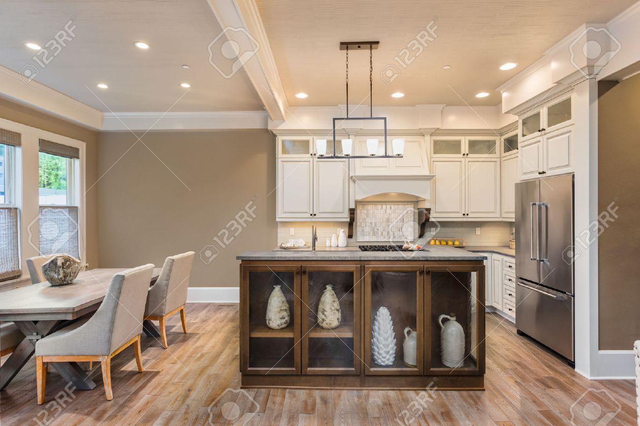 Cuisine et salle à manger intérieure dans la nouvelle maison de luxe