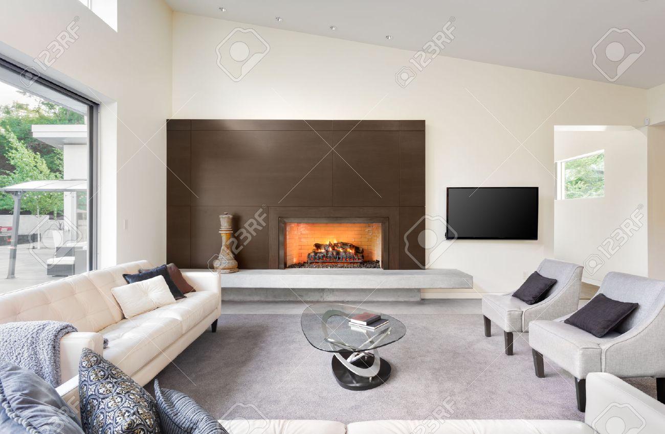 Schönes Wohnzimmer In Luxus Haus Mit Kamin, TV, Sofas Und Blick Auf  Hinterhof