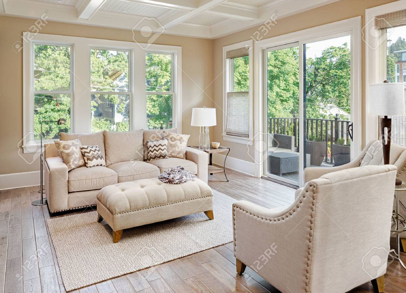 Schönes Wohnzimmer Mit Holzboden Im Neuen Luxus-Haus Lizenzfreie ...