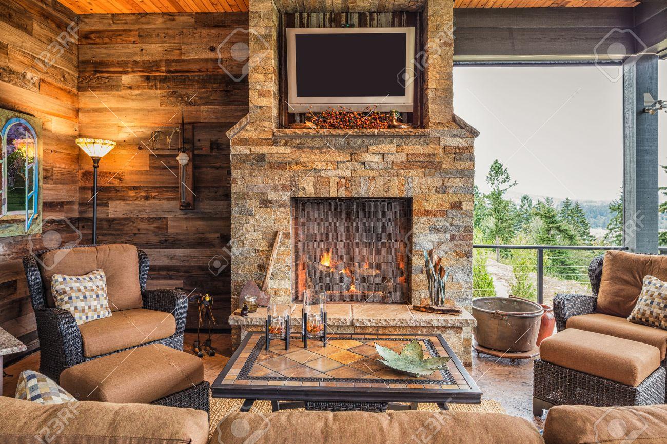 Berdachte Außenterrasse Außen New Home Mit Couch, Stühle, TV, Kamin ...