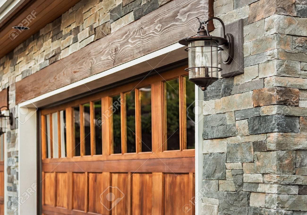 Détail maison de garage: porte de garage la lumière applique et de