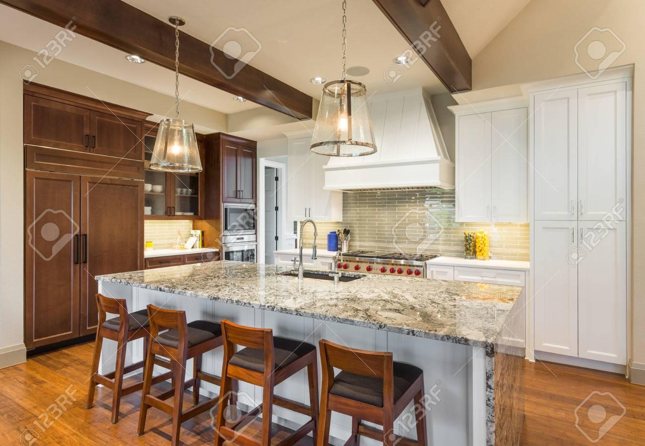 Schone Kuche Mit Insel Und Pendelleuchten In New Luxury Home