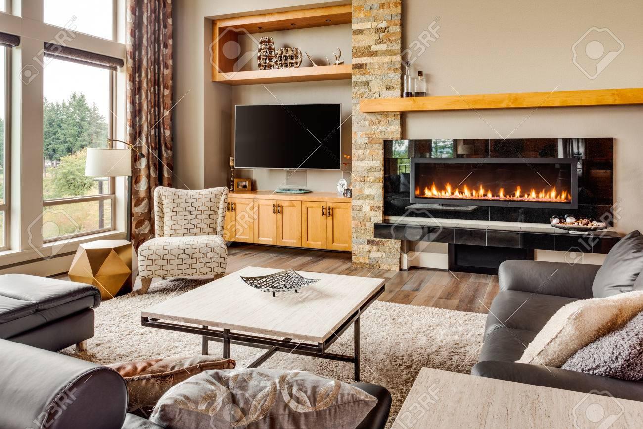 mooie woonkamer met hardhouten vloeren en brullende brand in de, Deco ideeën