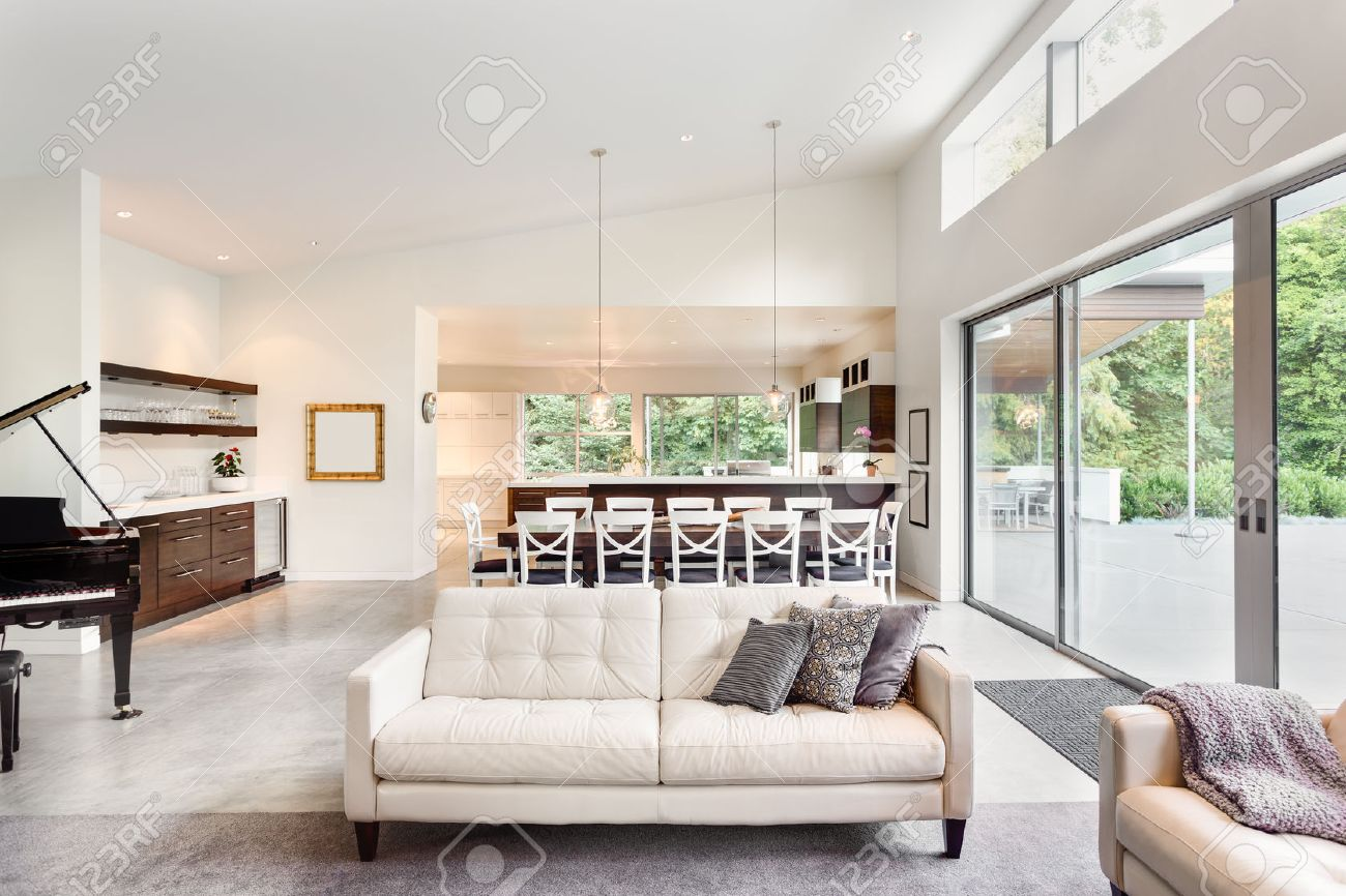 Schne Wohnzimmer Im Neuen Luxus Haus Mit Blick Auf Esstisch Und Kche Lizenzfreie Bilder
