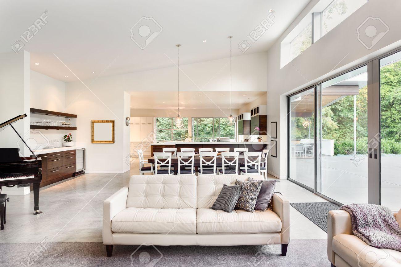 Schöne Wohnzimmer Im Neuen Luxus Haus Mit Blick Auf Esstisch Und Küche  Standard Bild