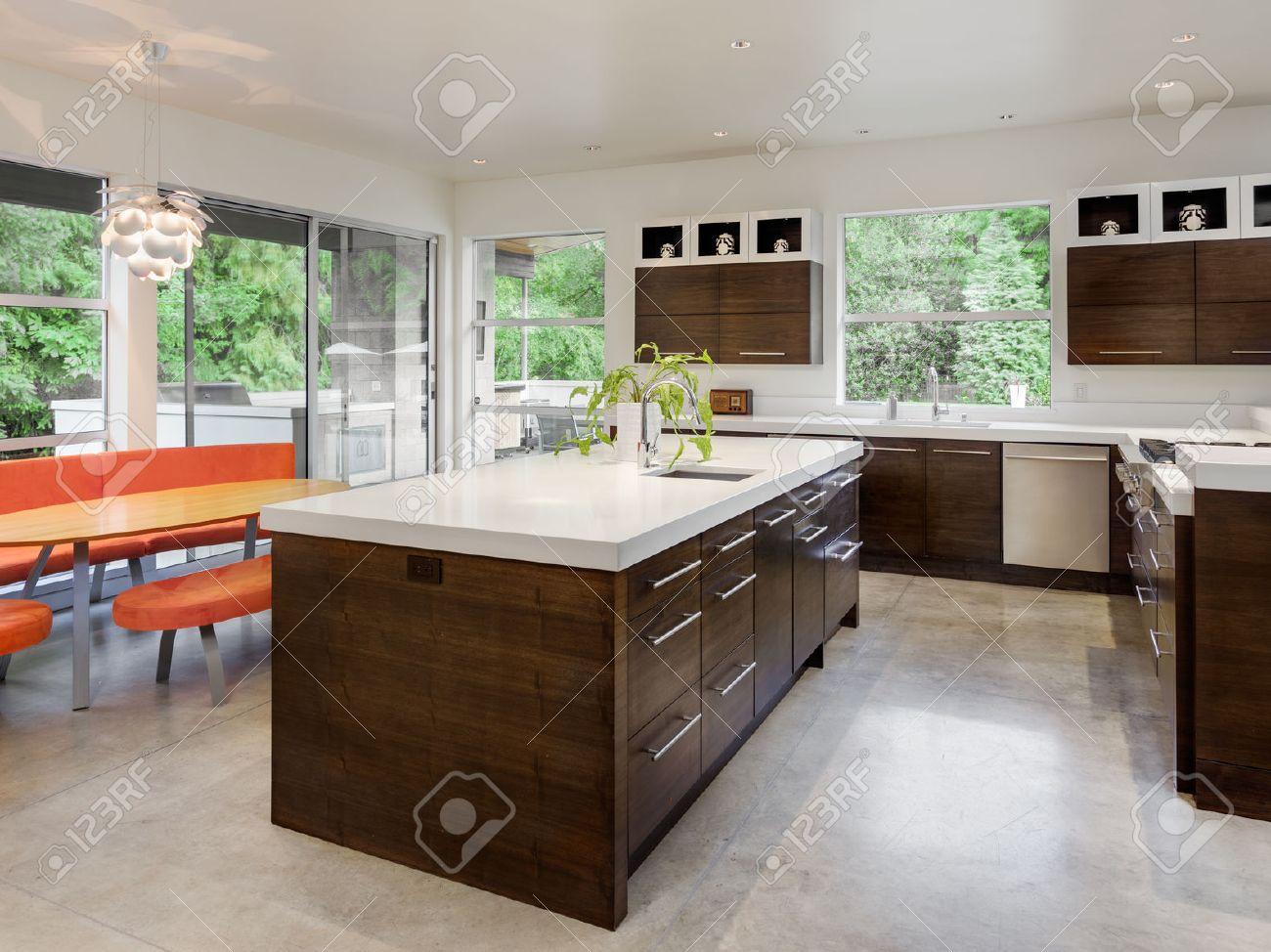 isola cucina cucina con isola lavandino armadi e tavolo da pranzo in nuova