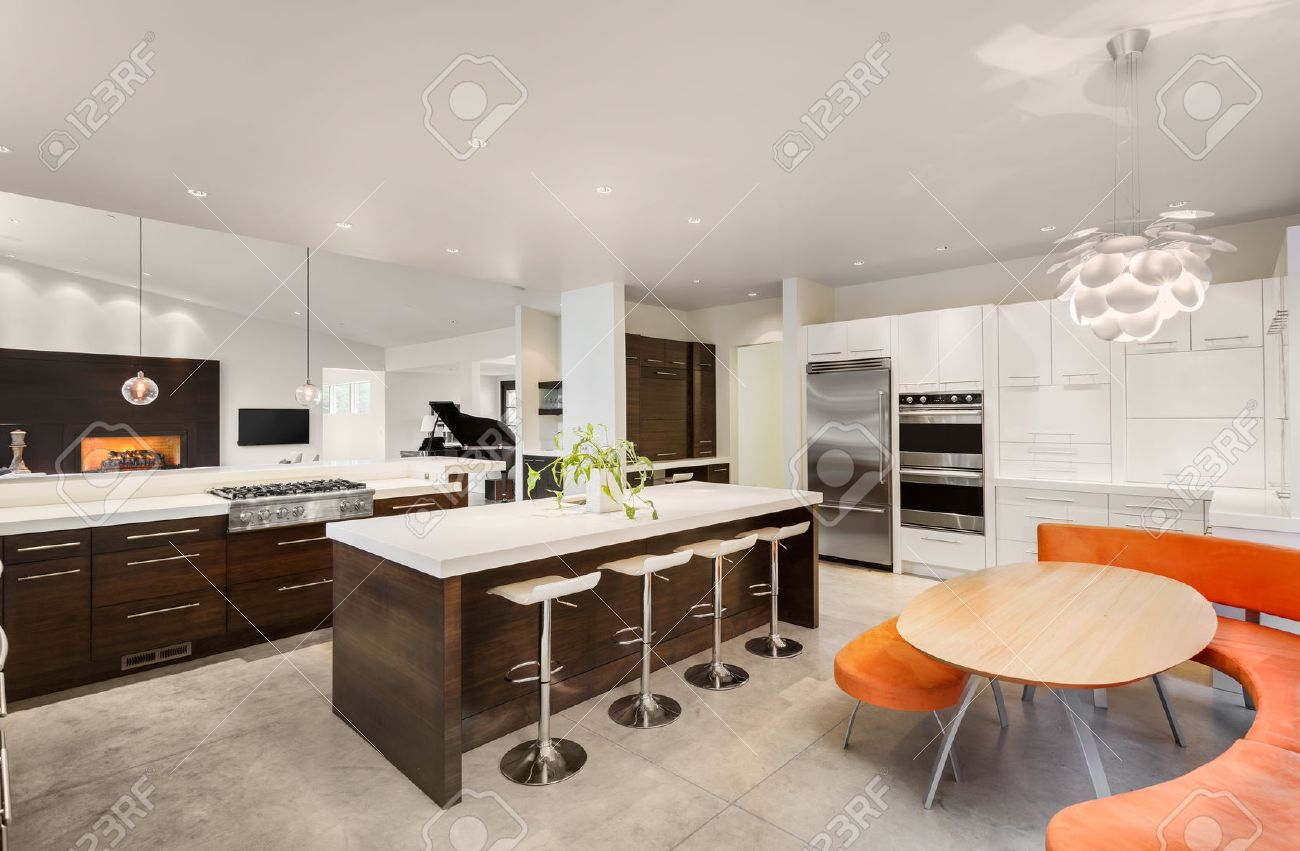 Küche Mit Kochinsel, Spüle, Schränke, Und Blick Auf Wohnzimmer In ...