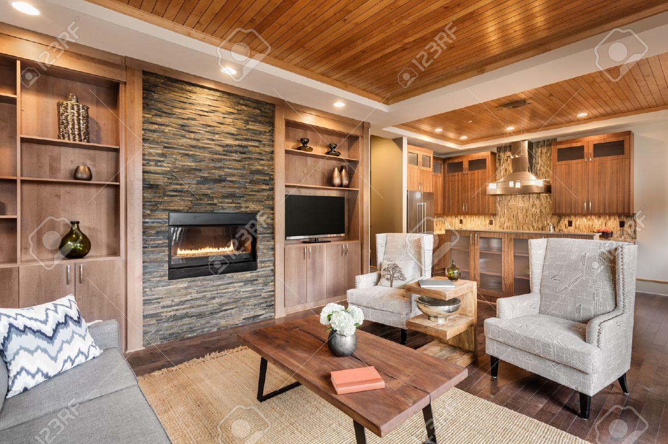 Wohnzimmer Interieur Mit Holzleiste Decke Und Blick In Kche Luxusvilla Lizenzfreie Bilder