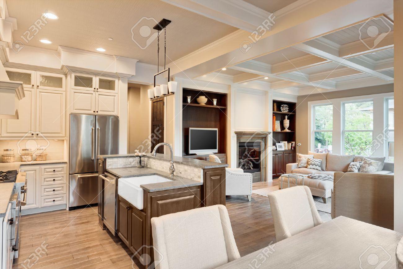 Küche, Ess- Und Wohnräume Im Neuen Luxus-Haus Lizenzfreie Fotos ...