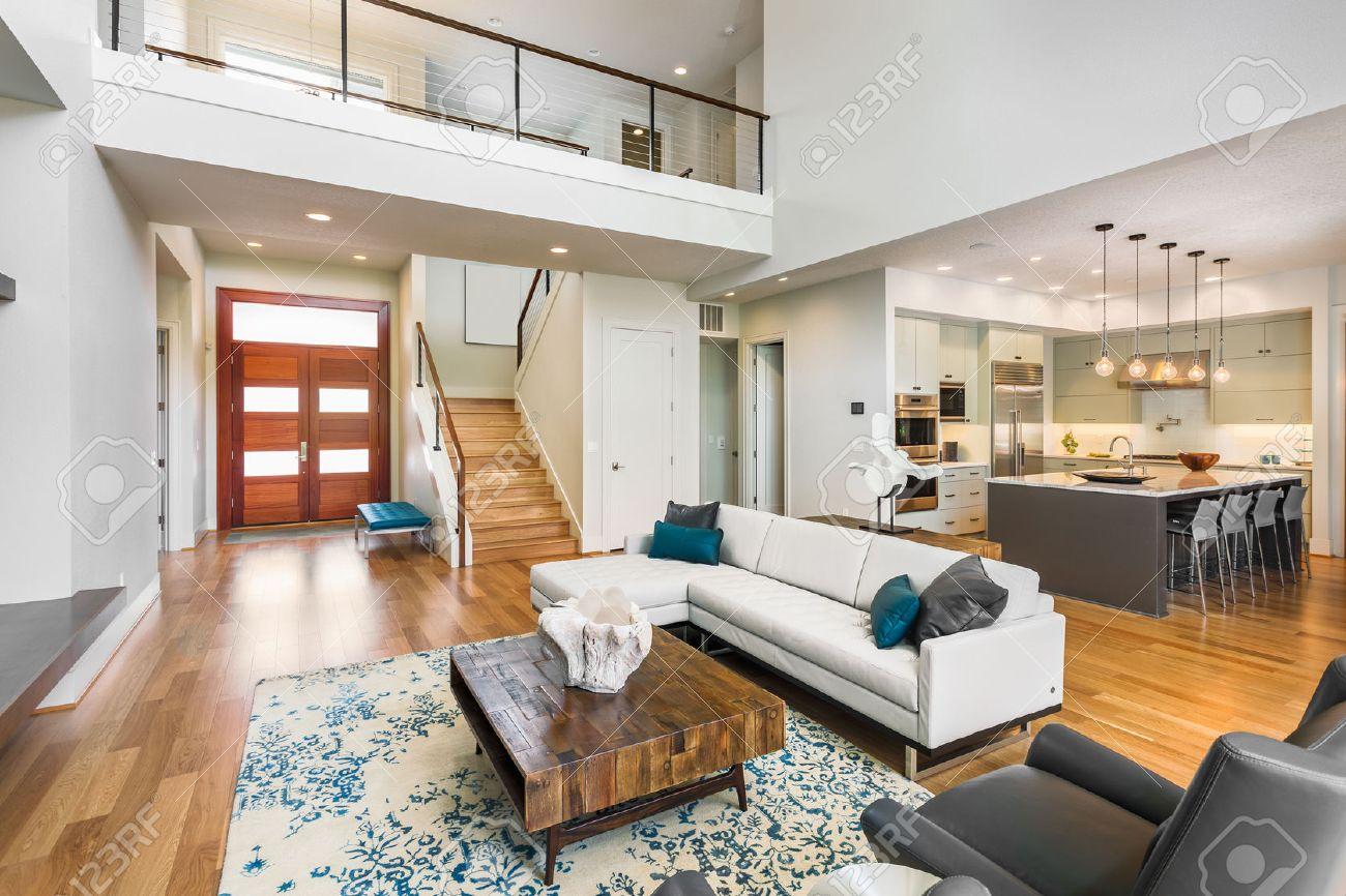 Wohnzimmer In Luxus-Haus Mit Blick Auf Küche, Entryfoyer, Haustür ...