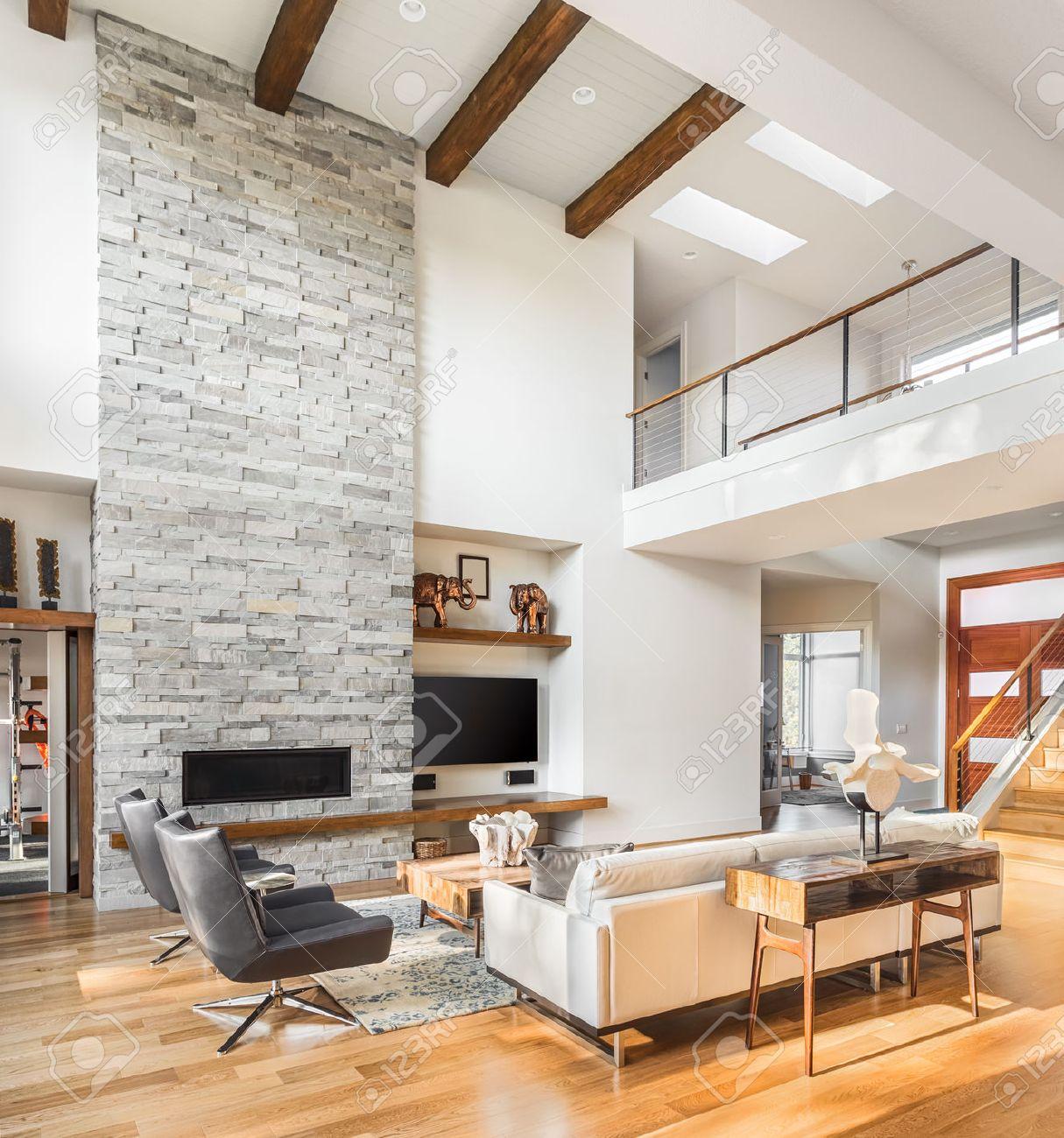 Salon Interieur Avec Parquet Et Cheminee Dans La Nouvelle Maison De