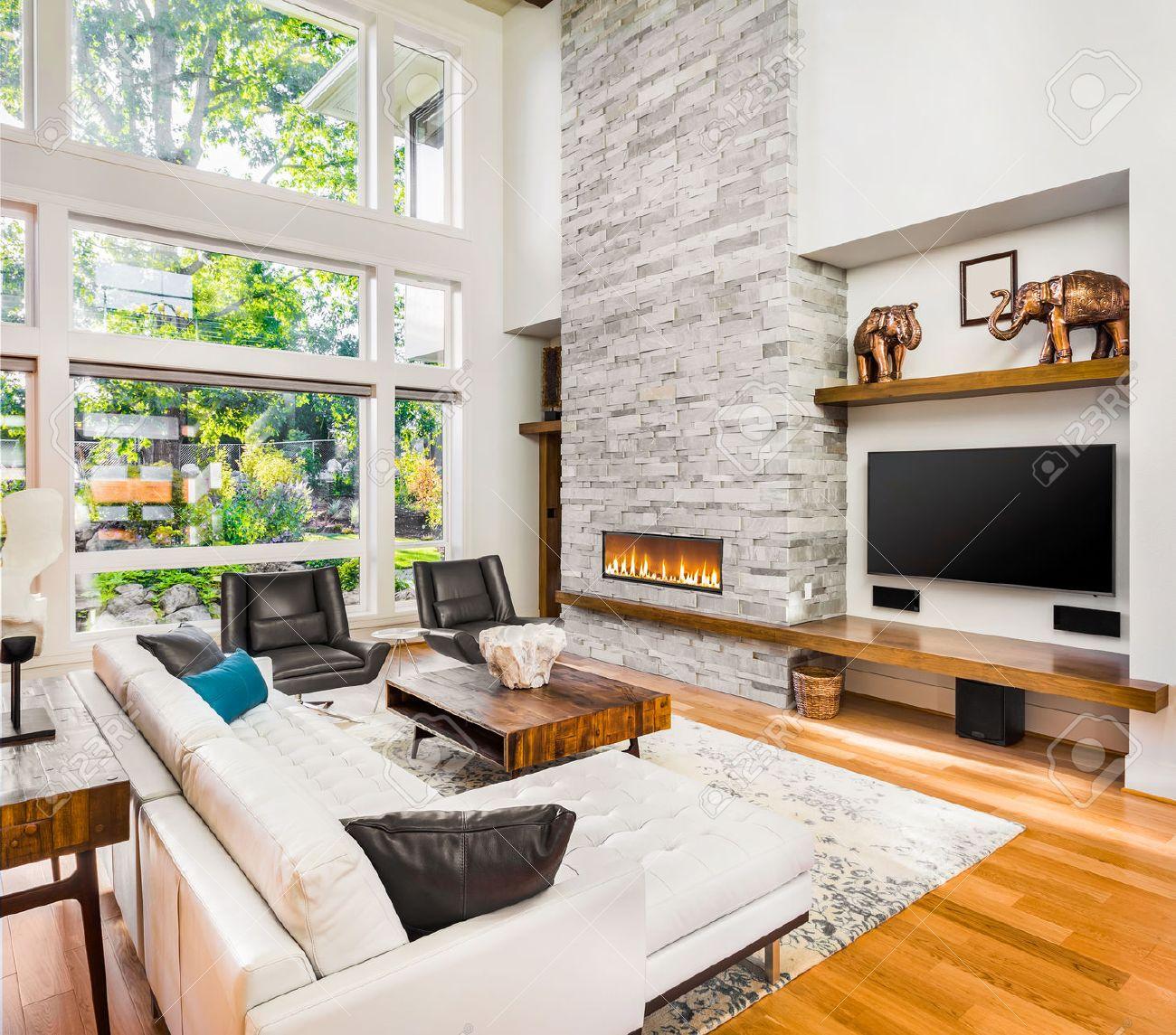 Vardagsrum inredning med trägolv och öppen spis i nya lyxiga hem ...
