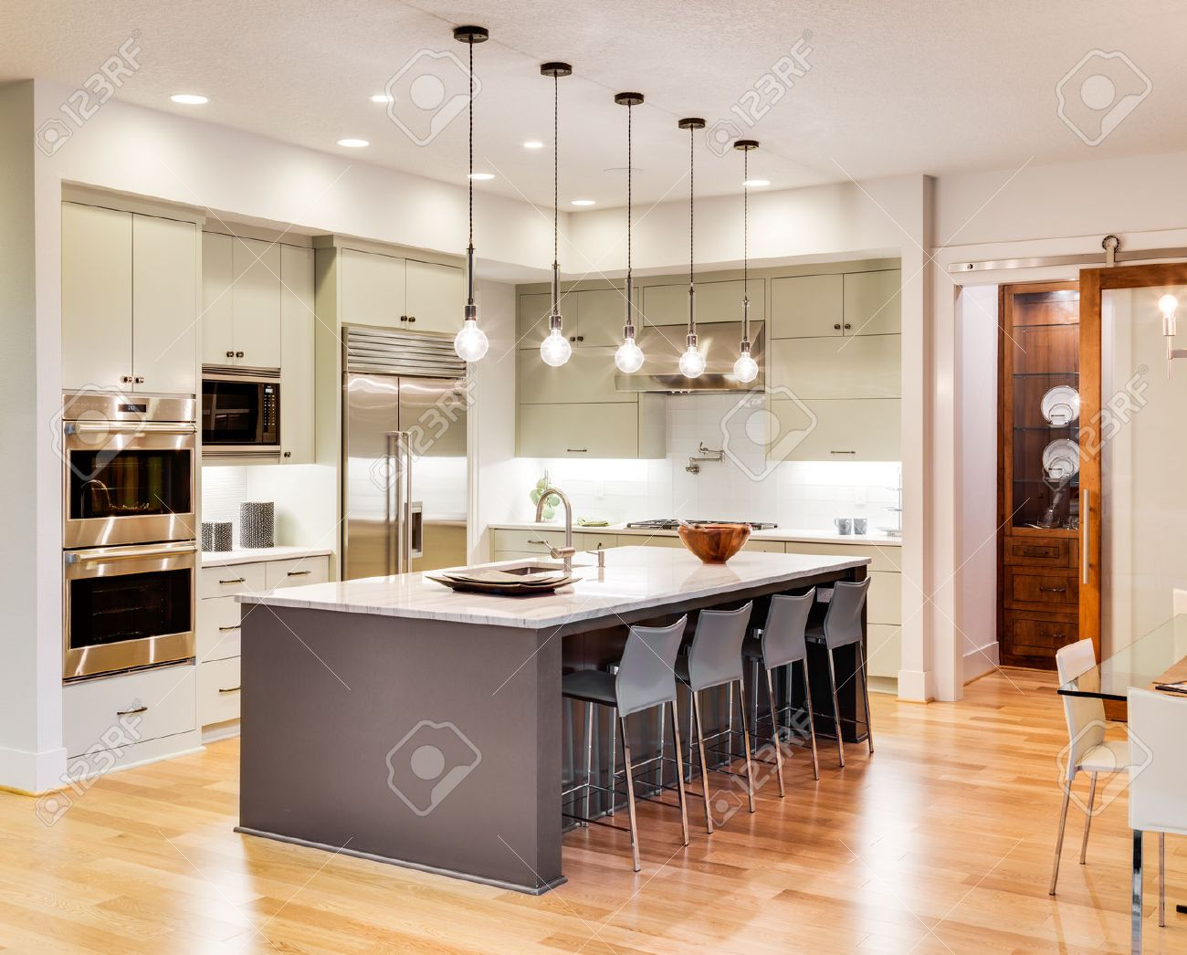 cocina moderna cocina con isla fregadero armarios y pisos de madera en