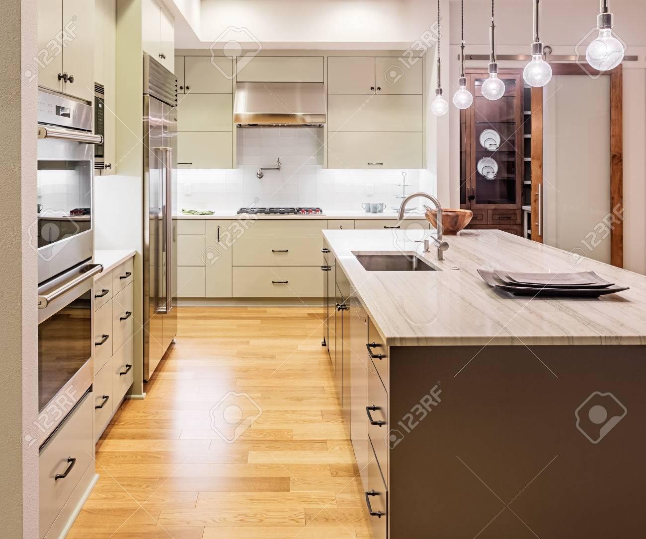 Kuche Mit Kochinsel Spule Schranke Und Holzfussboden In New Luxury Home Lizenzfreie Fotos Bilder Und Stock Fotografie Image 47256551