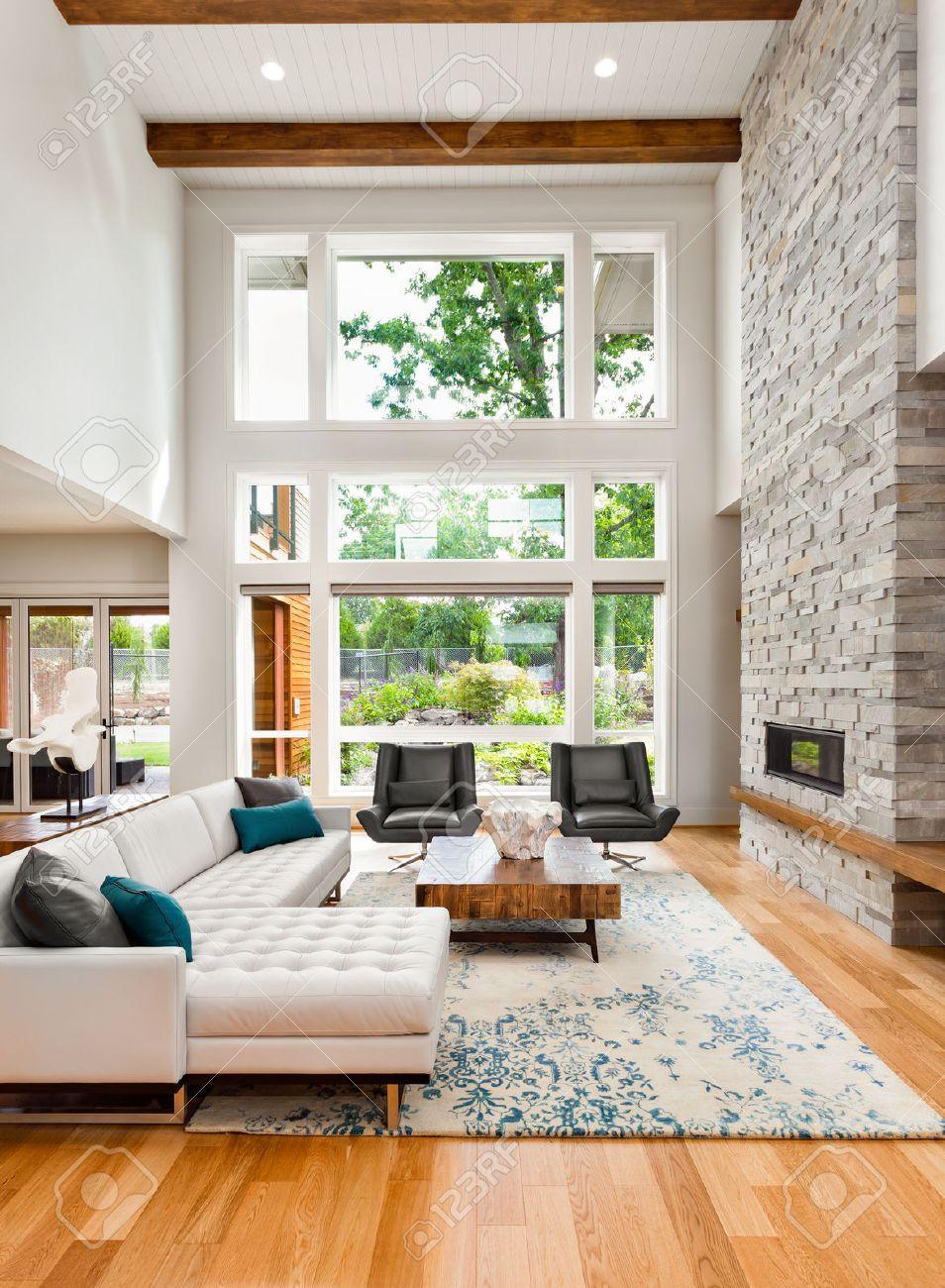 Wohnzimmer-Interieur Mit Holzböden, Riesige Bank Von Fenstern, Hohen ...