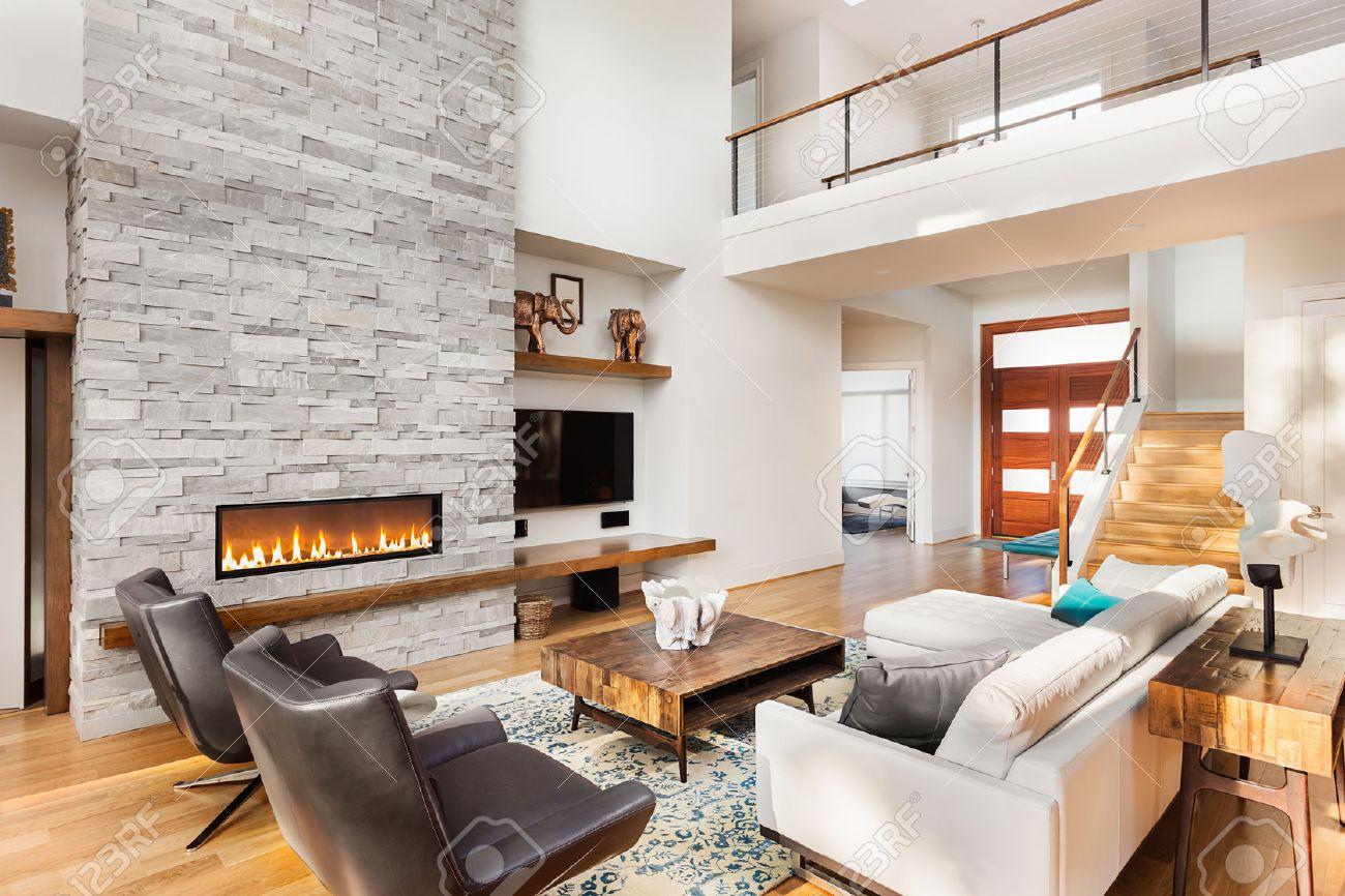Schönes Wohnzimmer Mit Holzfußboden Und Kamin Im Neuen Luxus-Haus ...
