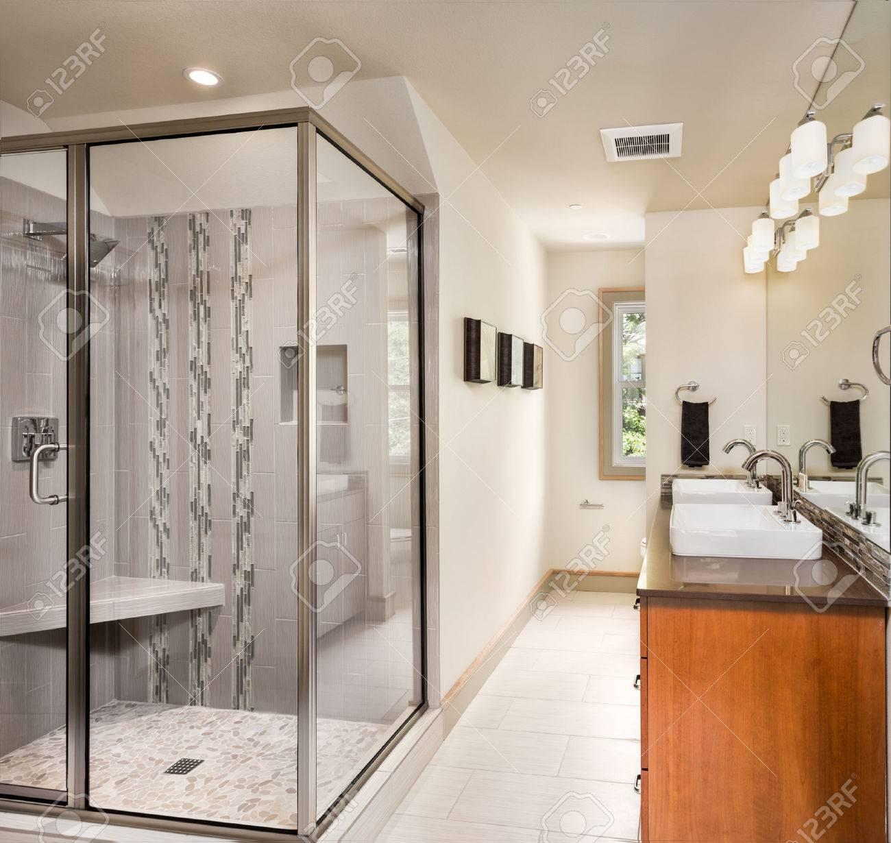 Große Möblierte Badezimmer In Luxus-Haus Mit Fliesenboden, Zwei ...