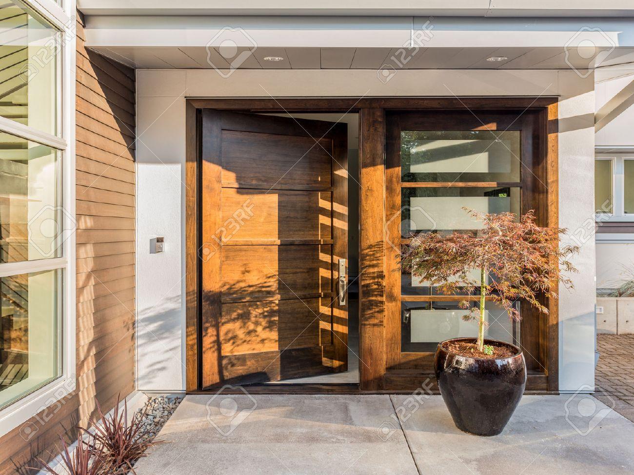 Schöne Holz-Tür Als Eingang Zum New Luxury Home: Groß Und Breit ...