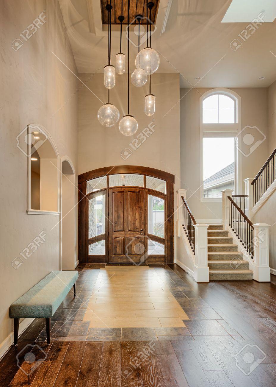Belle Foyer Accueil; Porte D\'entrée Avec Escalier, Lampes ...