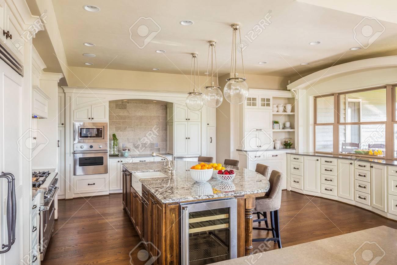 Schöne, Große Küche Interieur Im Neuen Luxus-Haus Mit Insel ...