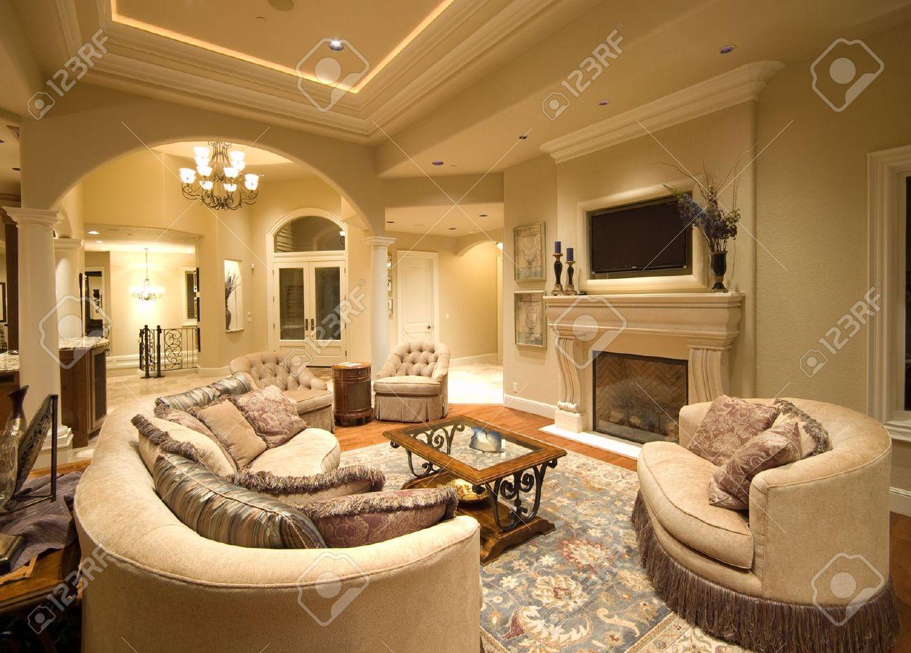 Belle Salon Intérieur De La Maison De Luxe Avec Cheminée Et TV ...