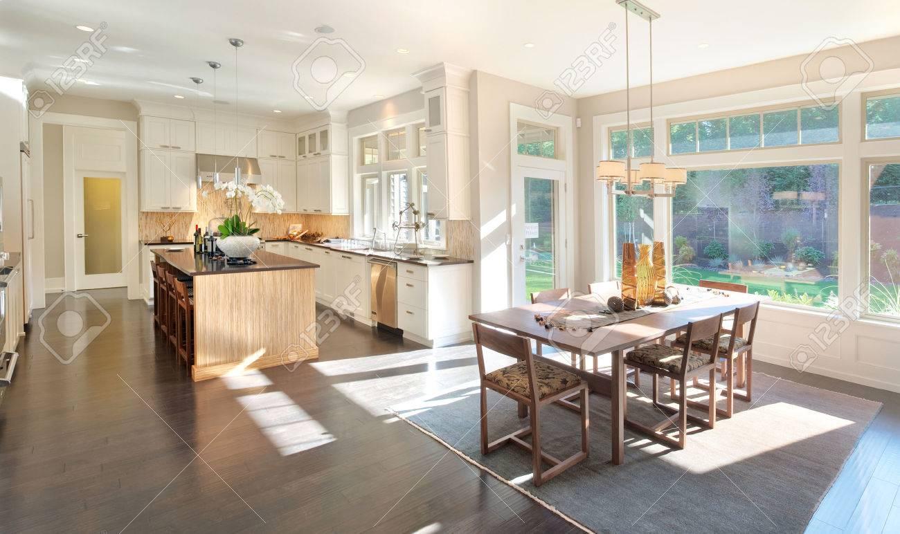 cucina interni nella nuova casa di lusso con l'isola, lavello ... - Cucina Di Design Armadio Di Lusso