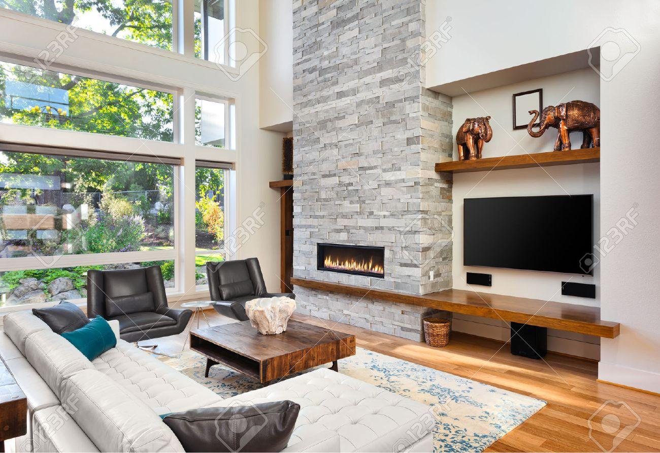 hermosa sala de estar con pisos de madera y chimenea en casa de lujo tiene