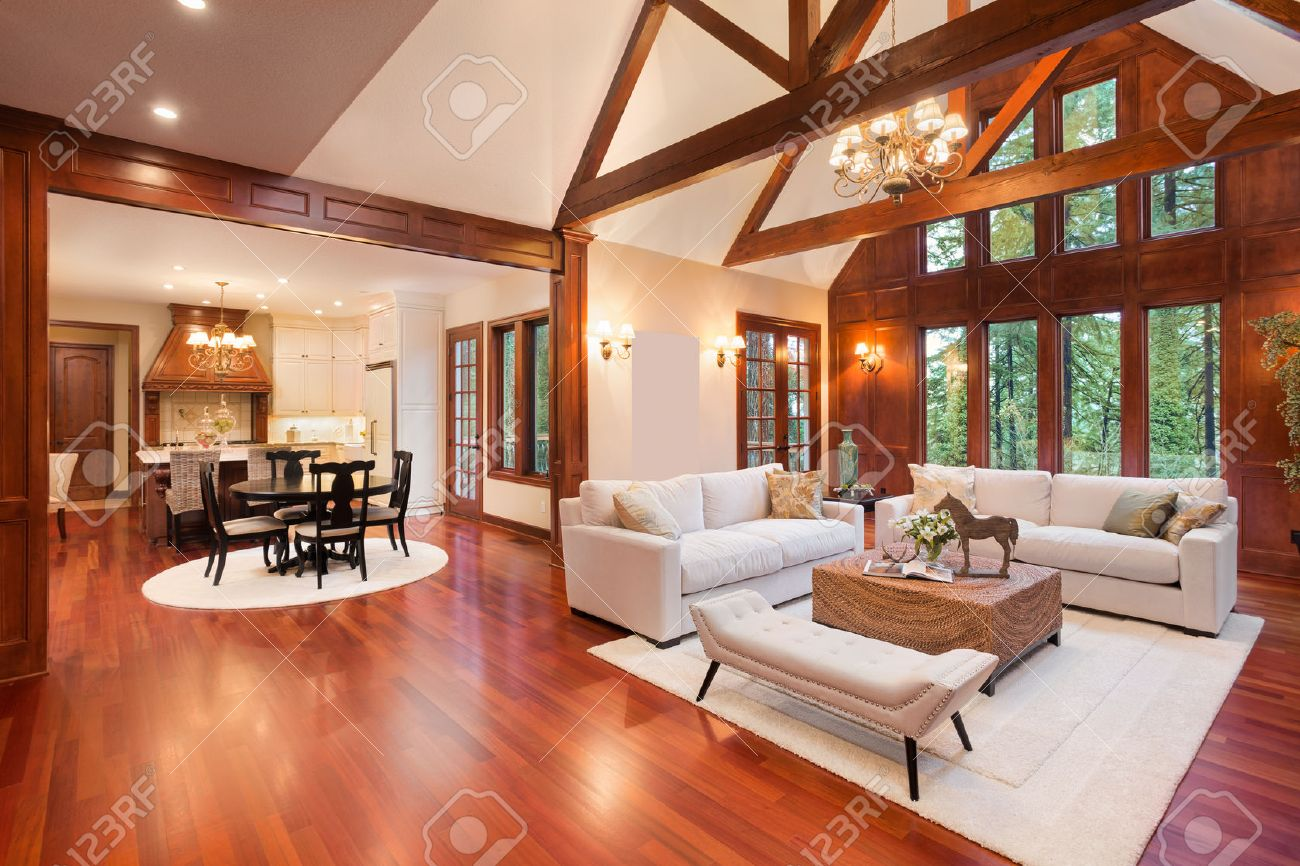 Schöne Und Große Wohnzimmer Mit Parkettboden, Hohe Gewölbte Decke ...